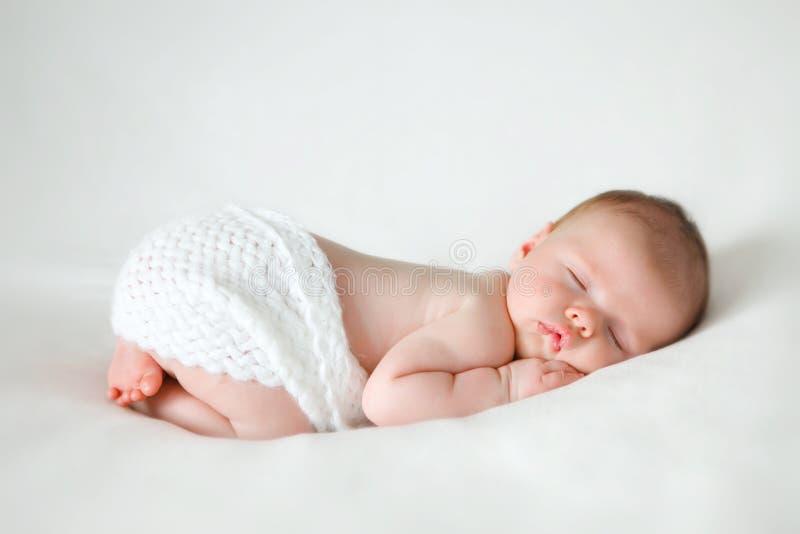 Bebê recém-nascido de sono imagens de stock royalty free