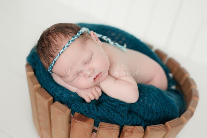 Bebê recém-nascido de sono imagens de stock