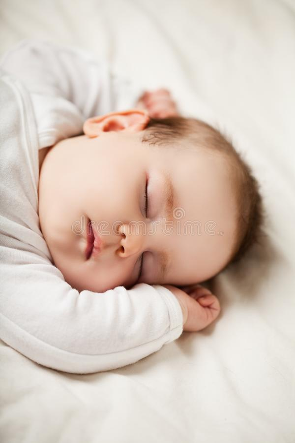 Bebê recém-nascido de sono em casa fotos de stock royalty free