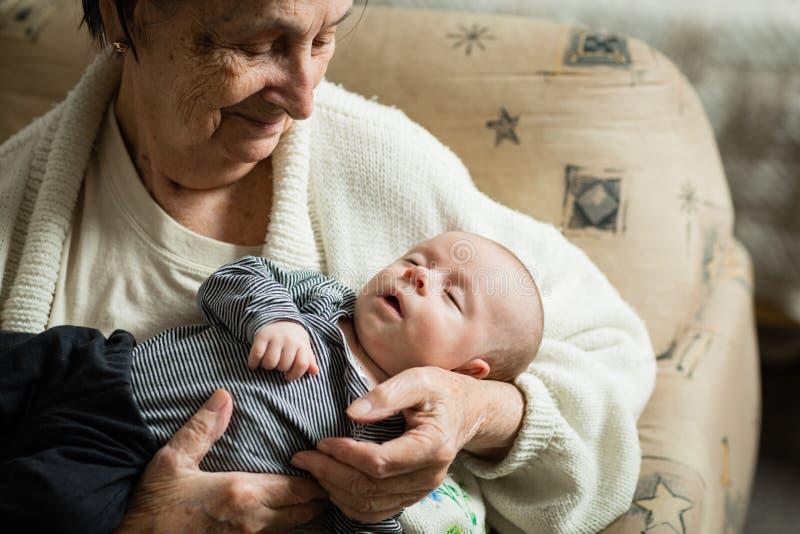 Bebê recém-nascido e sua avó junto fotos de stock