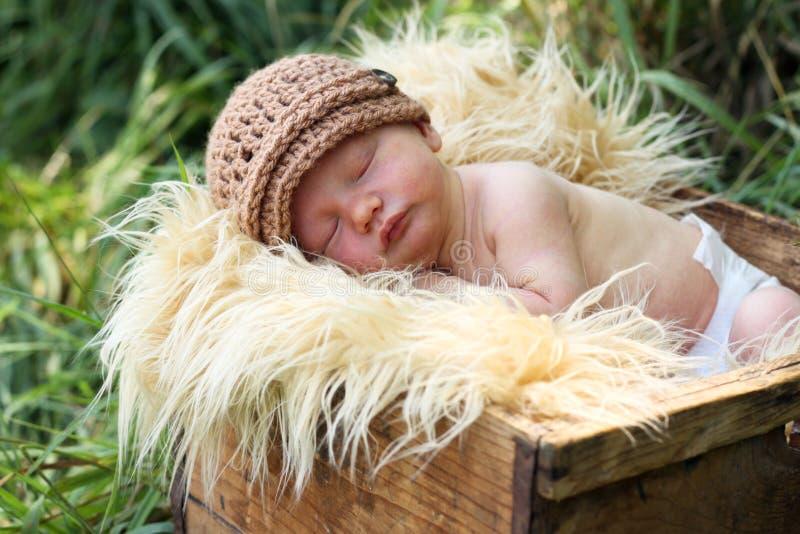 Bebê recém-nascido em uma caixa fotos de stock
