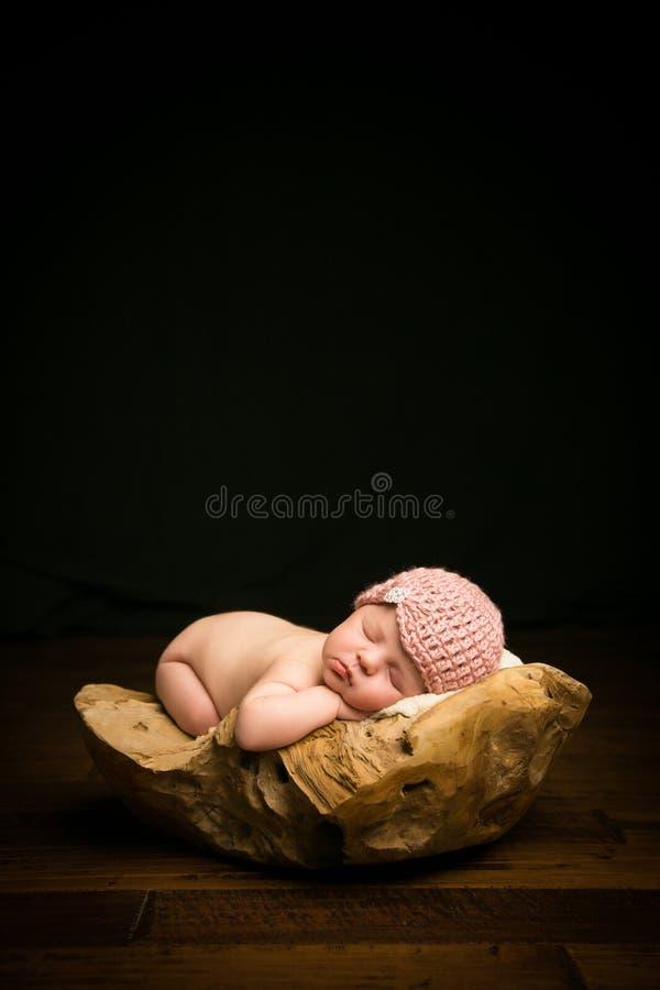 Bebê recém-nascido na bacia imagem de stock royalty free