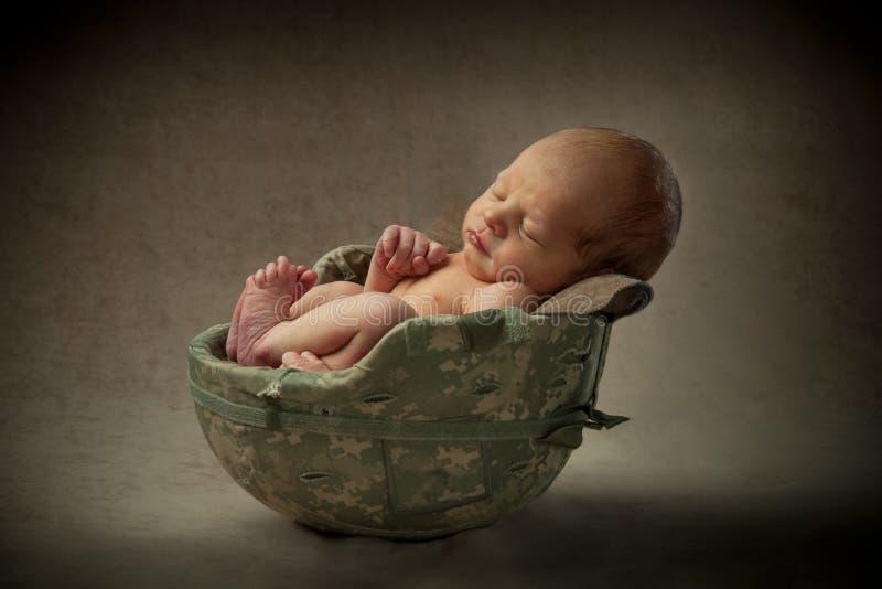 Bebê recém-nascido no capacete militar fotos de stock royalty free