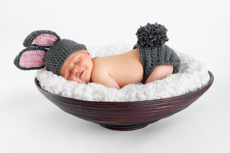Bebê recém-nascido no equipamento do coelho fotografia de stock royalty free