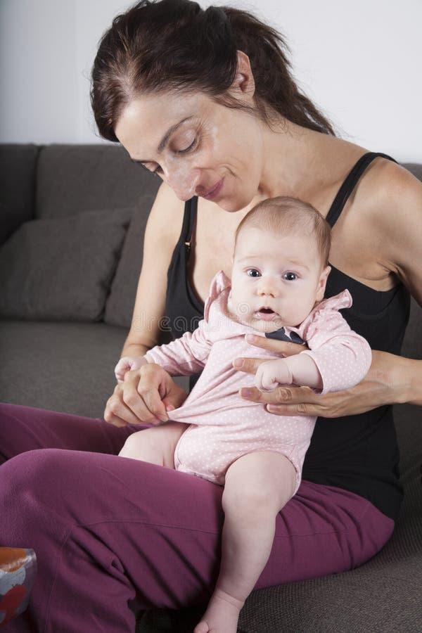 Bebê recém-nascido no pé da mãe imagens de stock