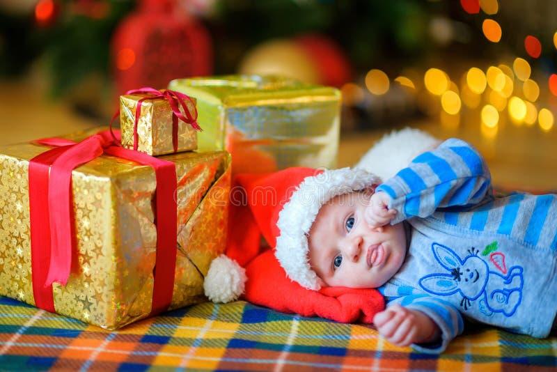 Bebê recém-nascido no tampão do ` s de Santa Claus fotografia de stock