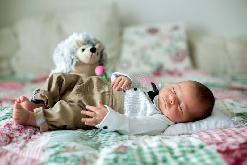 Bebê recém-nascido pequeno bonito, vestido como cavalheiros pequenos, fotografia de stock royalty free