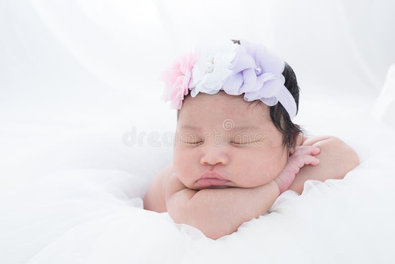 Bebê recém-nascido pequeno 7 dias, sonos imagens de stock