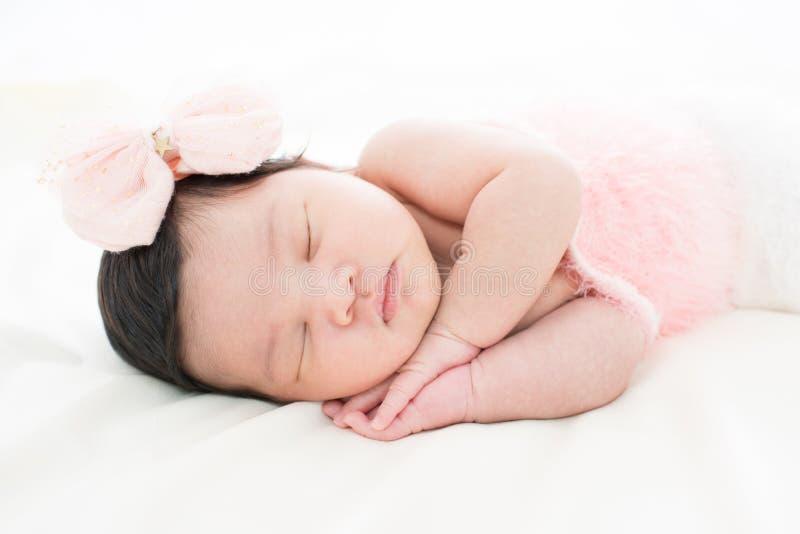 Bebê recém-nascido pequeno 7 dias, sonos fotos de stock