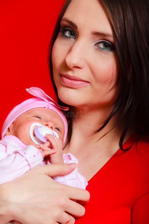 Bebê recém-nascido pequeno que encontra-se na caixa da mãe fotografia de stock