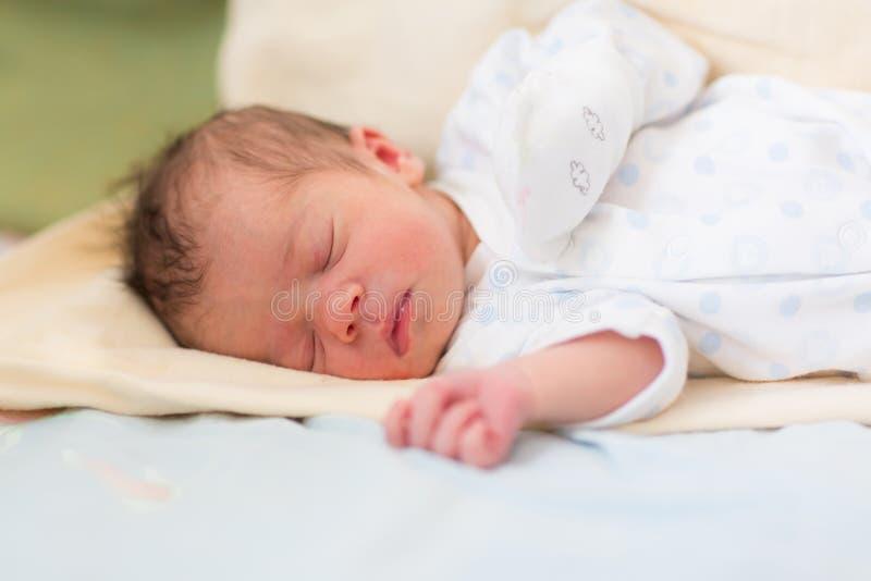 Bebê recém-nascido que dorme, 3 dias velho fotografia de stock royalty free