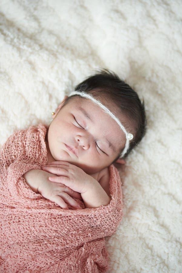 Bebê recém-nascido que dorme na cama fotos de stock