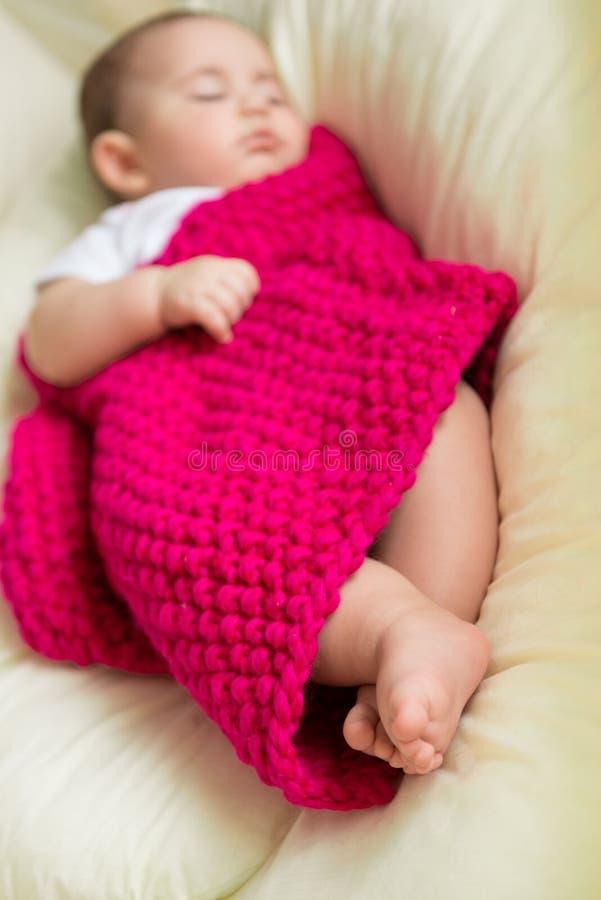 Bebê recém-nascido que dorme na cama foto de stock
