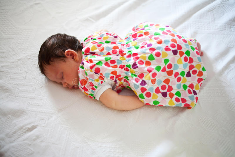 Bebê recém-nascido que dorme na posição fetal fotos de stock