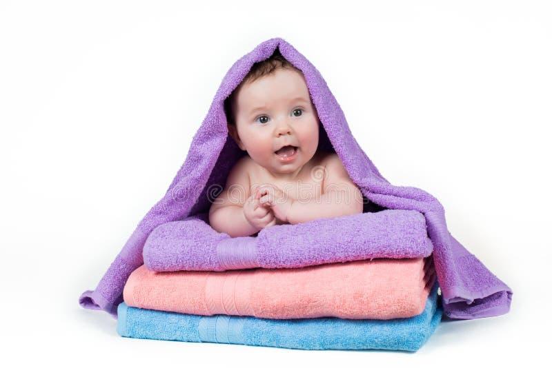 Bebê recém-nascido que encontra-se em uma pilha de toalhas foto de stock