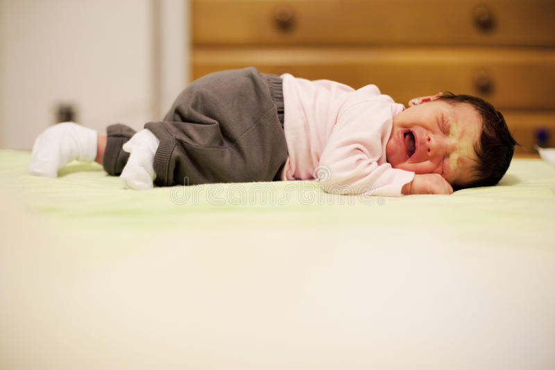Bebê recém-nascido que grita devido aos grampos fotografia de stock