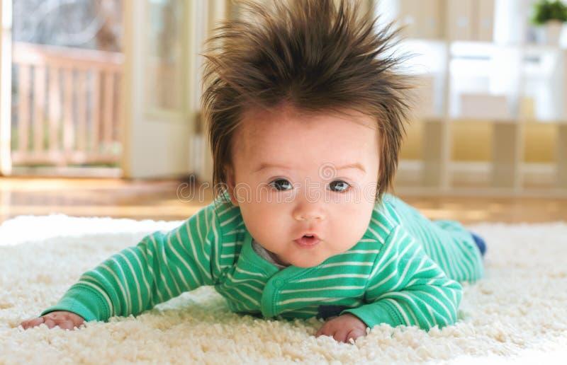 Bebê recém-nascido que joga no tapete imagens de stock royalty free