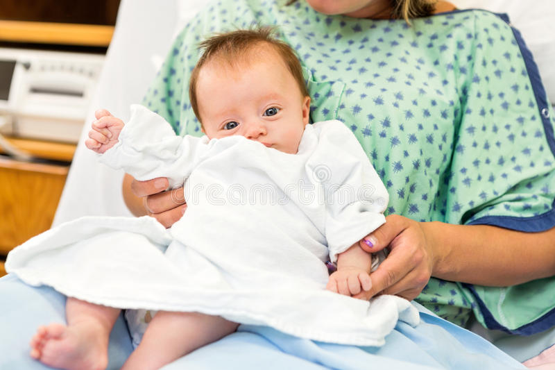 Bebê recém-nascido que senta-se com a mãe no hospital fotos de stock