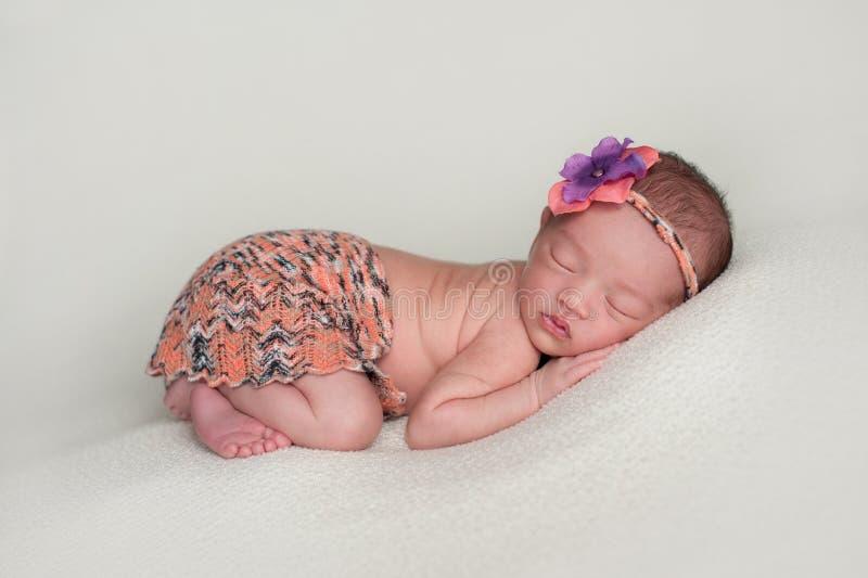 Bebê recém-nascido que veste Mini Skirt alaranjado fotografia de stock royalty free
