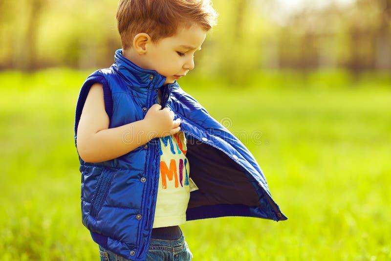 Bebê sério à moda com o casaco azul vestindo do cabelo vermelho do gengibre imagem de stock