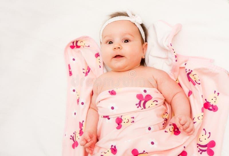 Bebê sob a folha fotos de stock