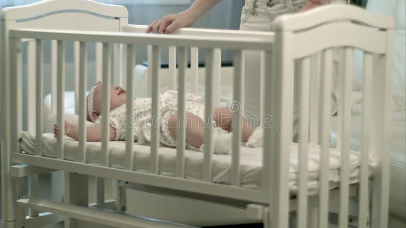 Bebê sonolento na ucha fotografia de stock