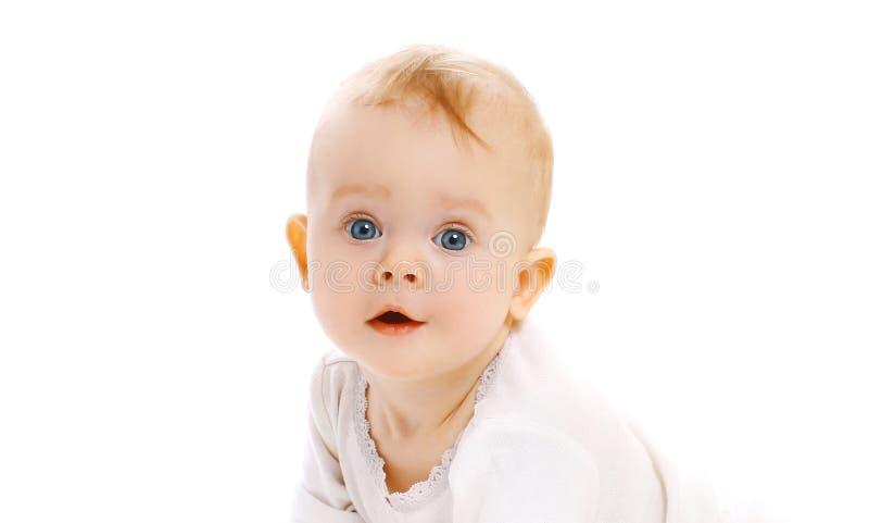 Bebê surpreendido bonito da cara do close-up do retrato isolado no branco imagens de stock