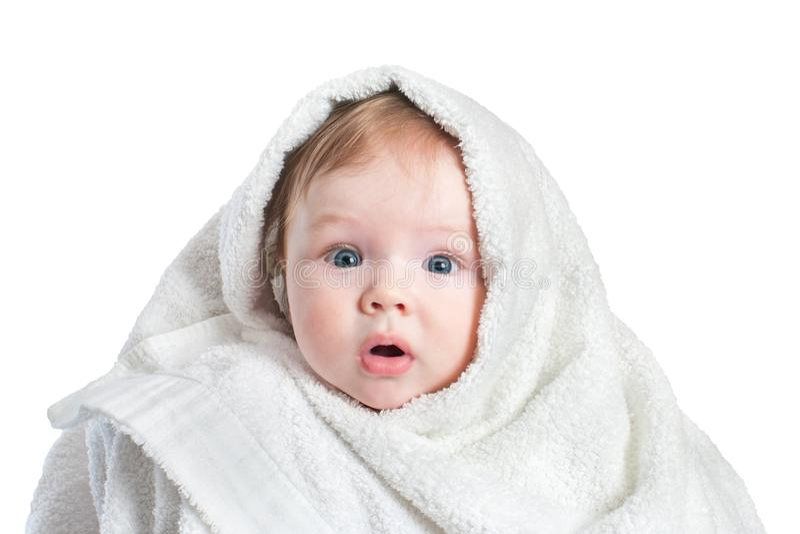Bebê surpreendido bonito na toalha macia após o banho isolada no fundo branco Conceito da higiene, puericultura imagem de stock