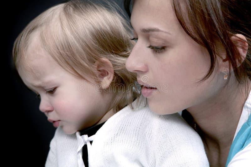 Bebê triste com mamã imagens de stock royalty free