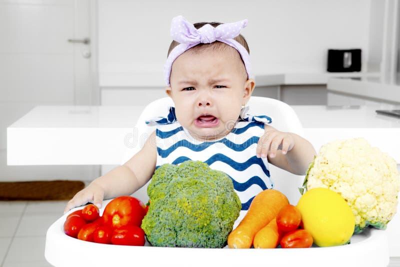 Bebê triste com uma cara da lota fotografia de stock