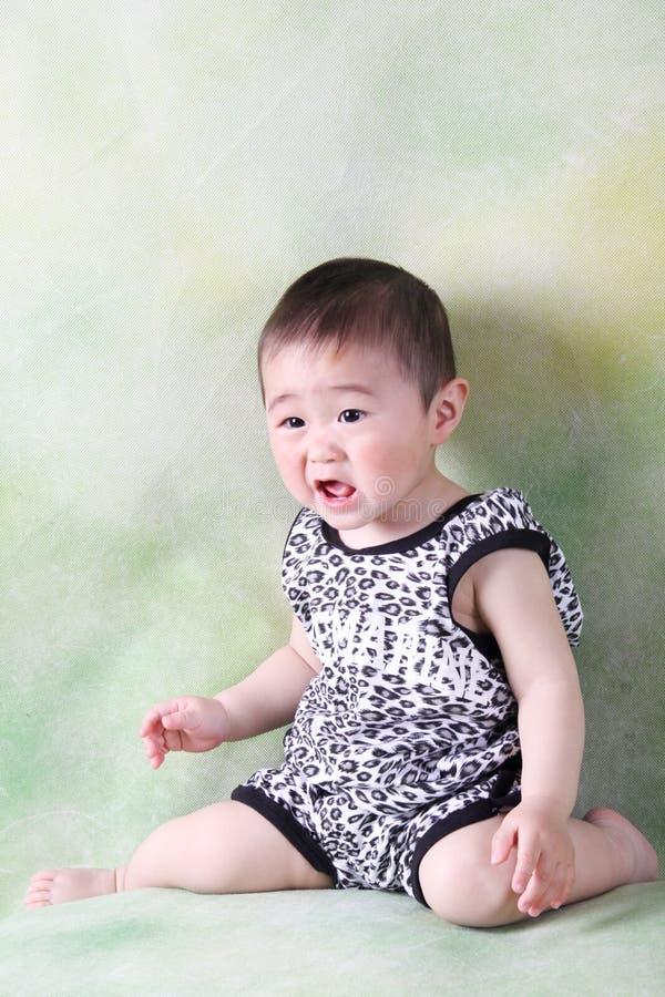Bebê triste que senta-se para baixo e que grita fotografia de stock royalty free