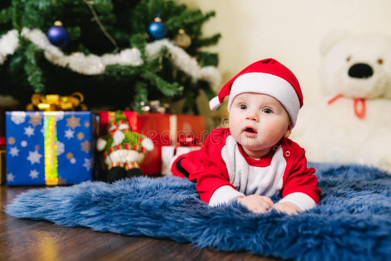 Bebê vestido em Santa Claus imagem de stock royalty free