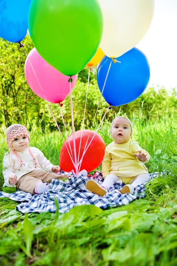Bebês com balões fotos de stock