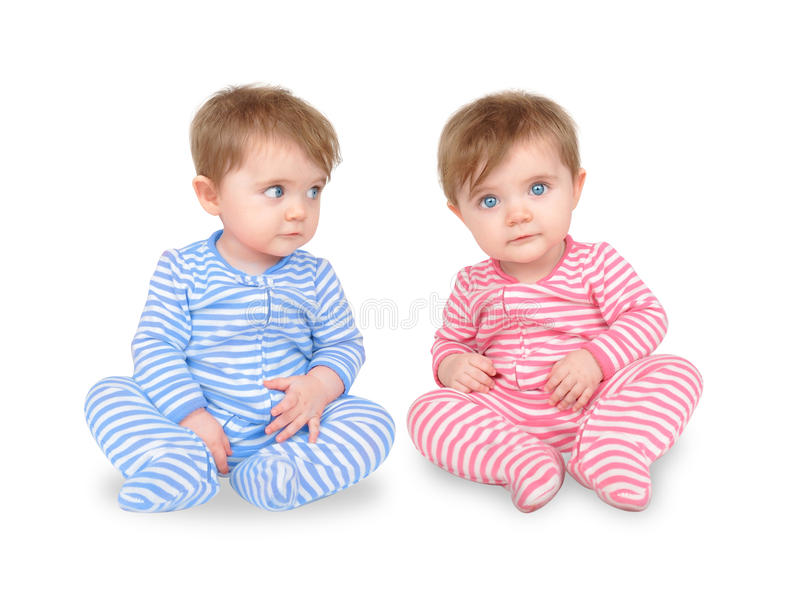 Bebês gêmeos curiosos no branco foto de stock