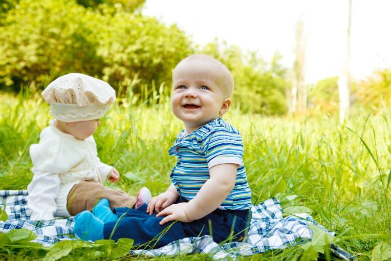 Bebês no parque imagens de stock