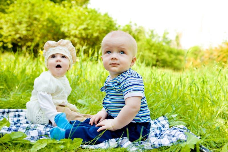 Bebês no parque foto de stock royalty free