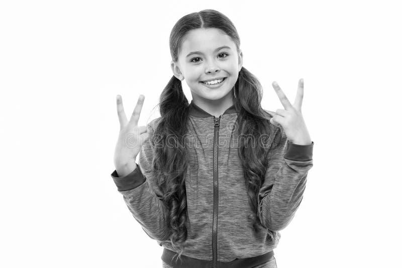 Beb? alegre da crian?a Sorriso feliz longo do cabelo encaracolado da crian?a bonito da menina Psicologia e desenvolvimento de cri imagens de stock royalty free