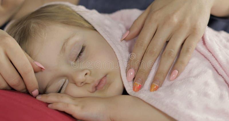Beb? bonito que dorme na cama em casa Menina que dorme na luz da manh? fotografia de stock