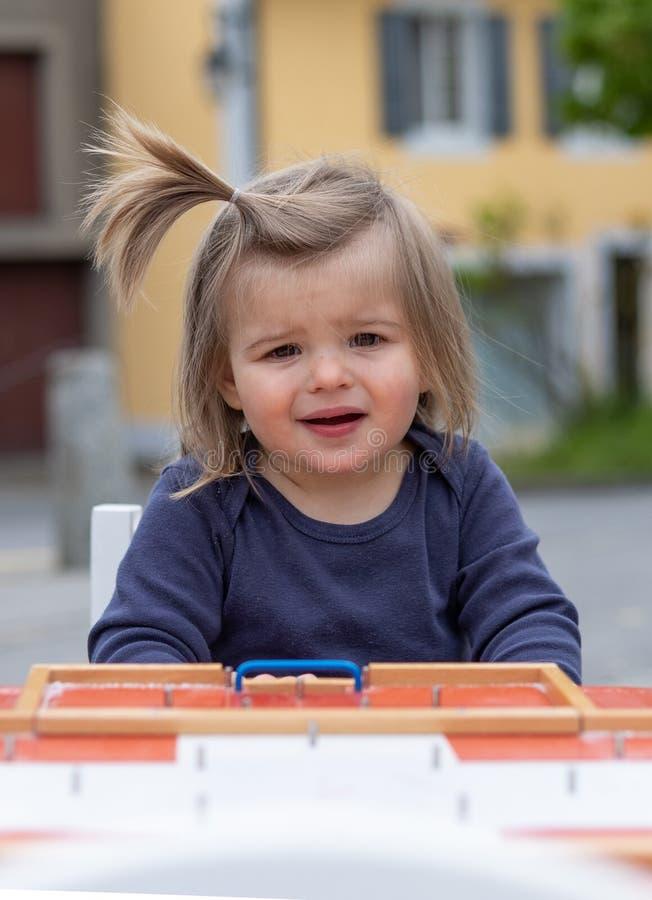 Beb? Chica vector De madera El jugar Juguetes fotos de archivo