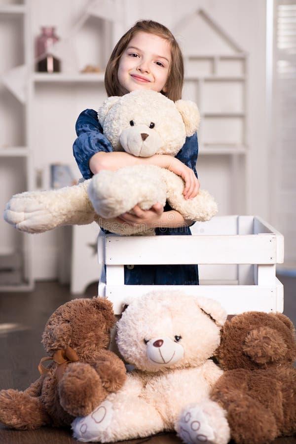 Beb? com urso de peluche imagem de stock royalty free