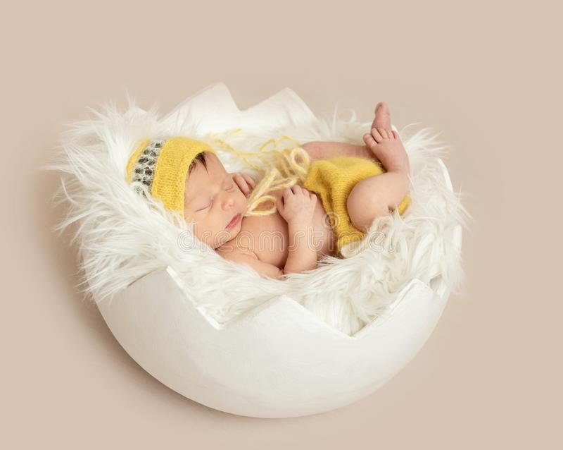 Beb? de sono engra?ado no romper amarelo no ber?o redondo imagem de stock royalty free