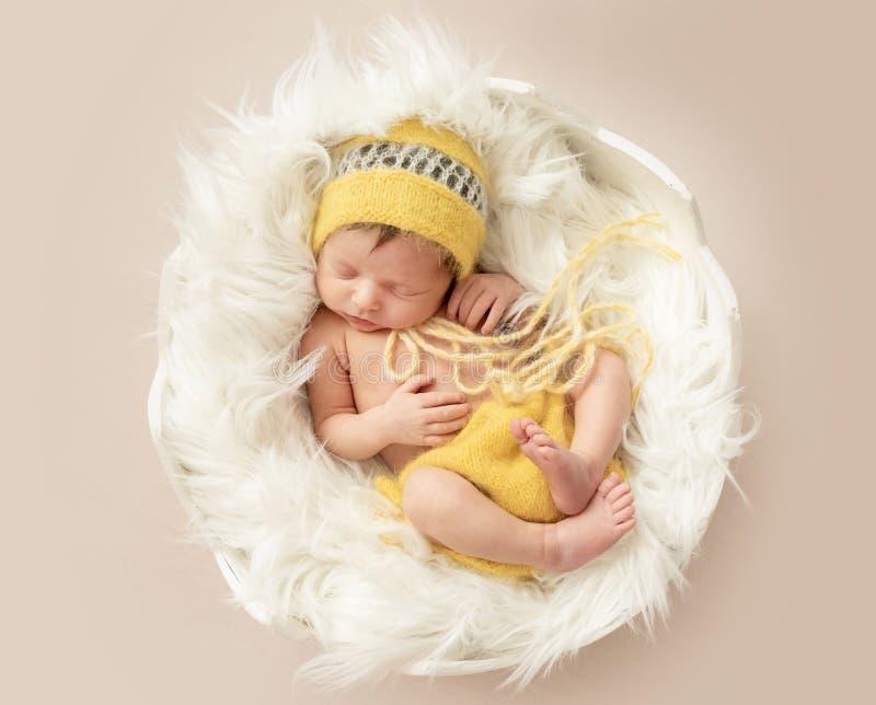 Beb? de sono engra?ado no romper amarelo no ber?o redondo foto de stock royalty free