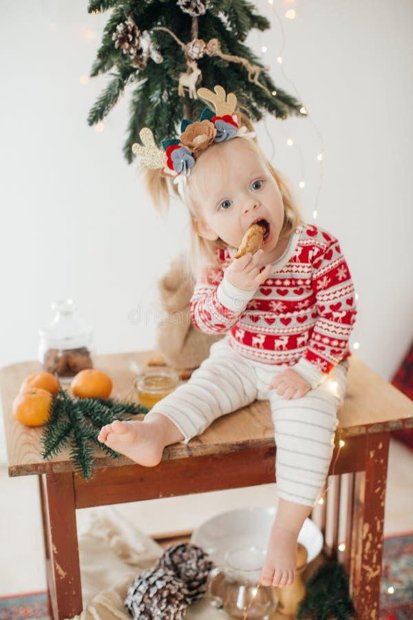 Beb? feliz hermoso cerca del ?rbol de navidad imagenes de archivo