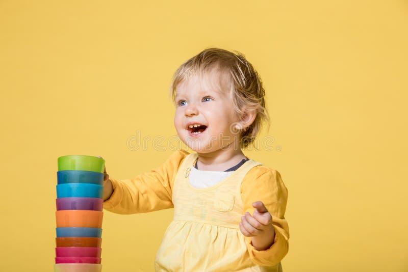 Beb? novo no vestido amarelo no fundo amarelo foto de stock