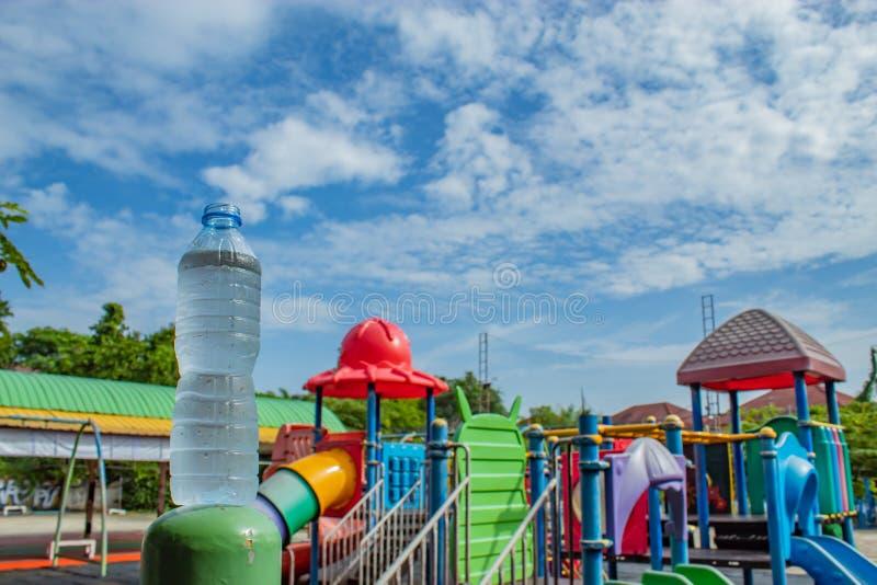 Beba a água e o céu azul brilhante no campo de jogos imagem de stock