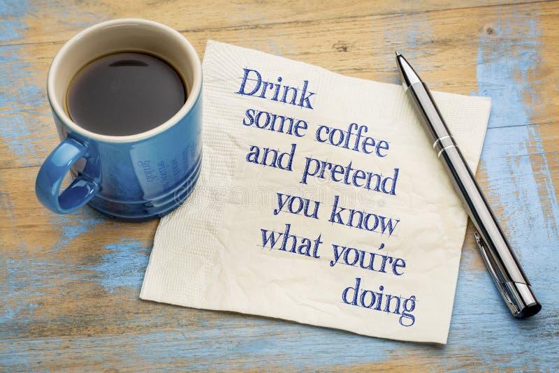 Beba el café y finja que usted sabe imagen de archivo libre de regalías