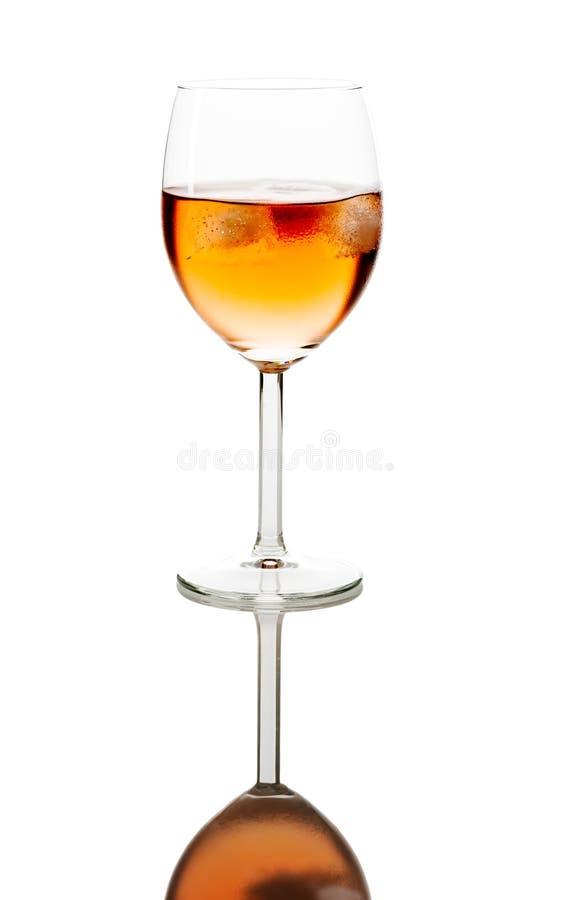Beba no vidro de vinho com os cubos de gelo espelhados fotografia de stock royalty free