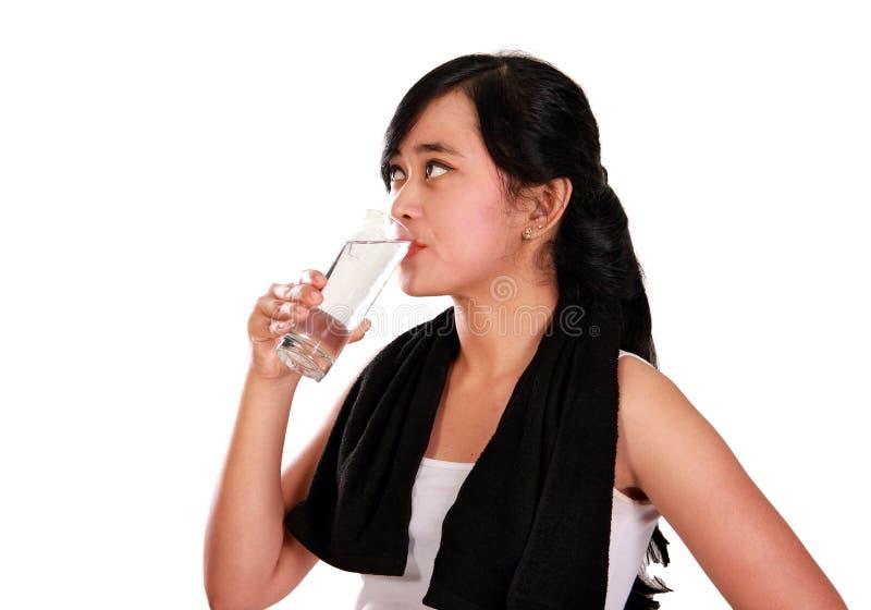 Bebendo um vidro após o exercício imagens de stock
