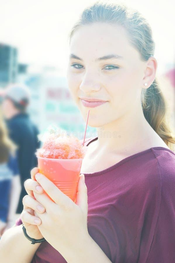 Beber adolescente da menina lamacento fotografia de stock royalty free