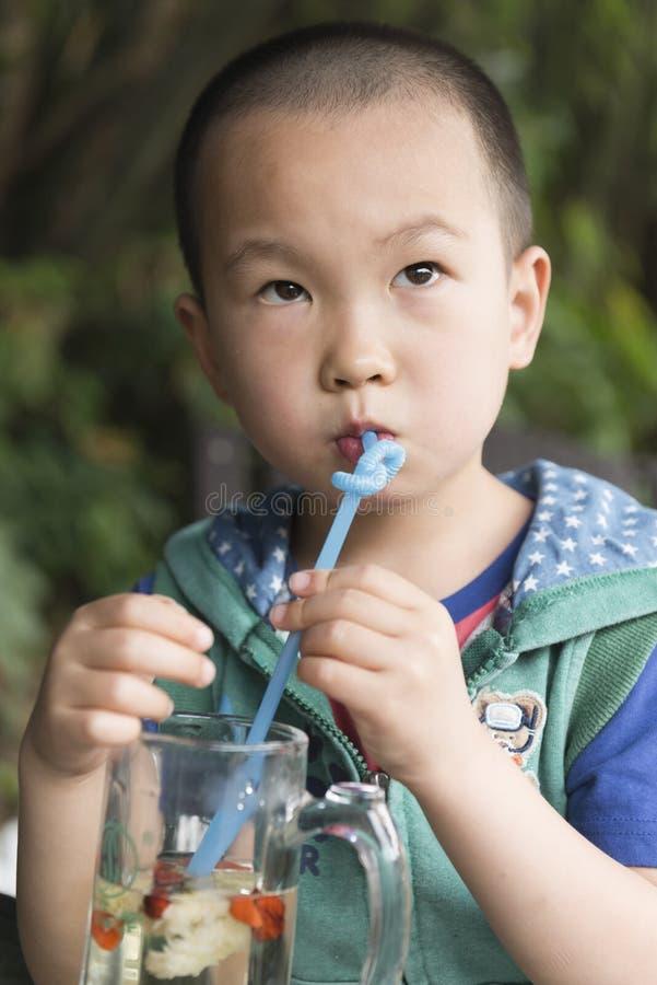 Beber chinês do menino imagem de stock
